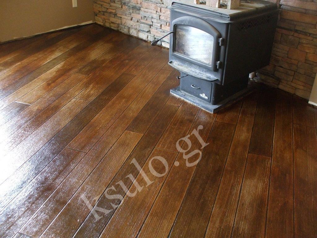 Ξύλινο πάτωμα σαλονιού με ξυλόσομπα.