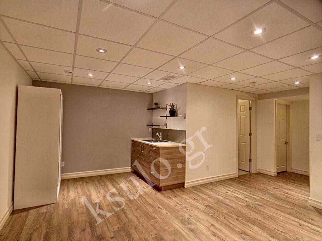 Ξύλινο πάτωμα υπνοδωματίου διώροφης κατοικίας.