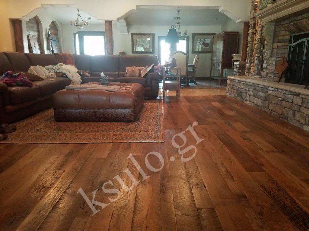 Ξύλινο πάτωμα εφαρμογή σε κατοικία με τζάκι.